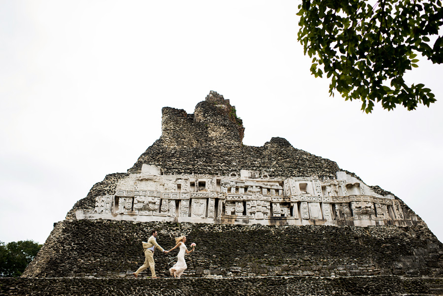 Xunantunich wedding.  Belize wedding photographer, Leonardo Melendez.