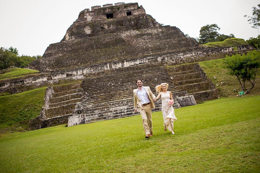 Xunantunich wedding.  Belize wedding photographer, Leonardo Melendez.