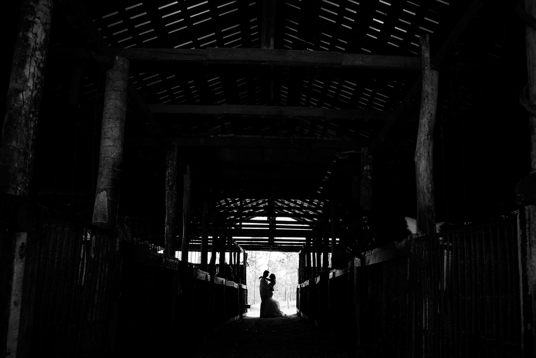 Barn Setting, bride and groom.  Image by Belize wedding photographers, Leonardo Melendez Photography.